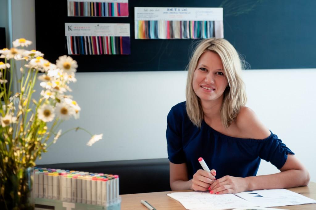 Porträt von Eva Corsten, der Gründerin von Lupaco in ihrem Büro